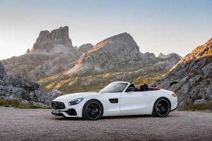 Mercedes AMG GT Roadster weiß geparkt in den Bergen