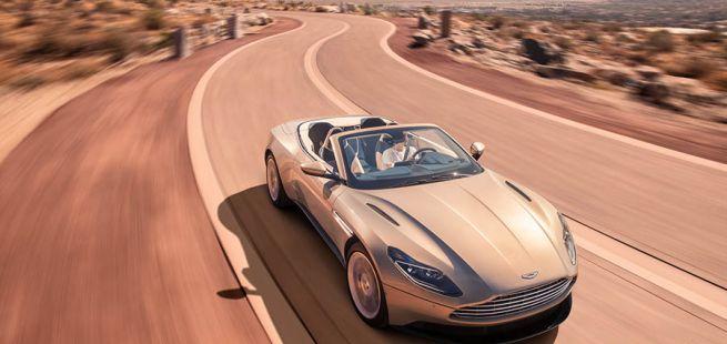 Aston Martin DB11 Volante fährt auf Highway