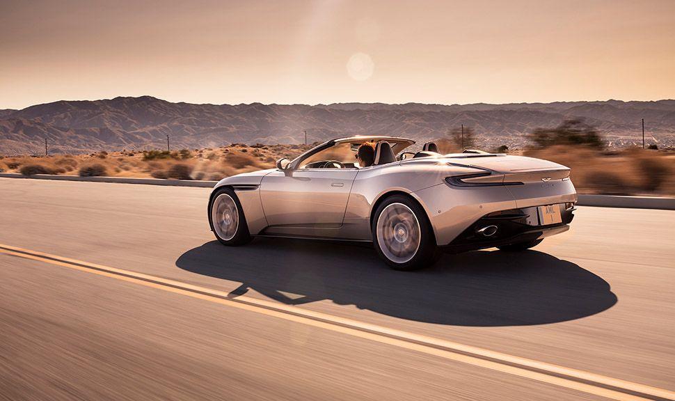 Aston Martin DB11 Volante fahrend schräg links hinten fotografiert