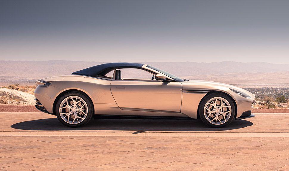 Aston Martin DB11 Volante Seitenansicht mit geschlossenem Verdeck in Ödnis