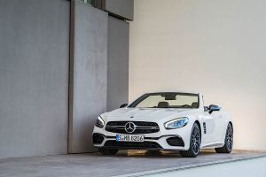 Mercedes SL 63 diamantweiß offenes Verdeck parkend