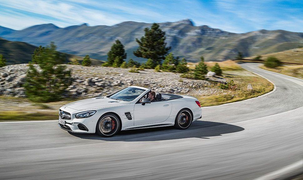 Mercedes SL 63 weiß in Berglandschaft fahrend