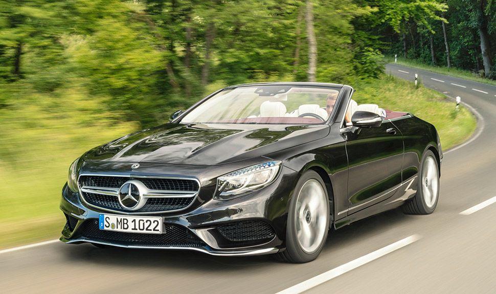 Mercedes S-Klasse Cabrio schwarz schräg links vorne auf Landstraße fahrend