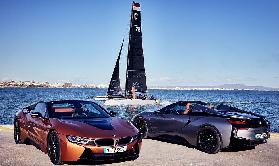 Zwei BMW i8 Roadster im Hafen vor Katamaran