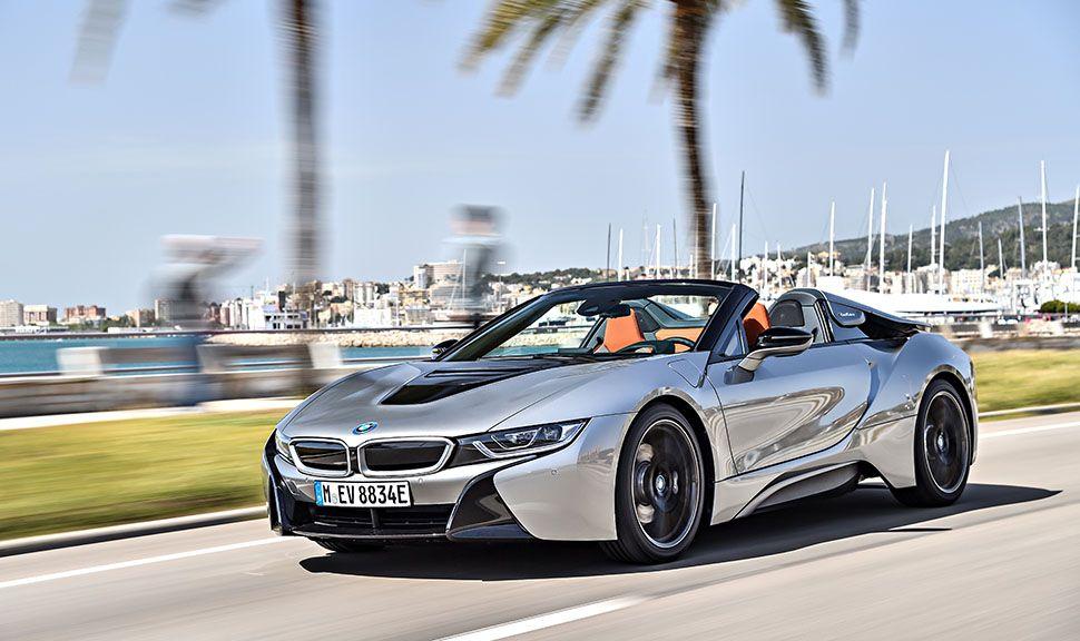 BMW i8 Roadster schräg links vorne fahrend