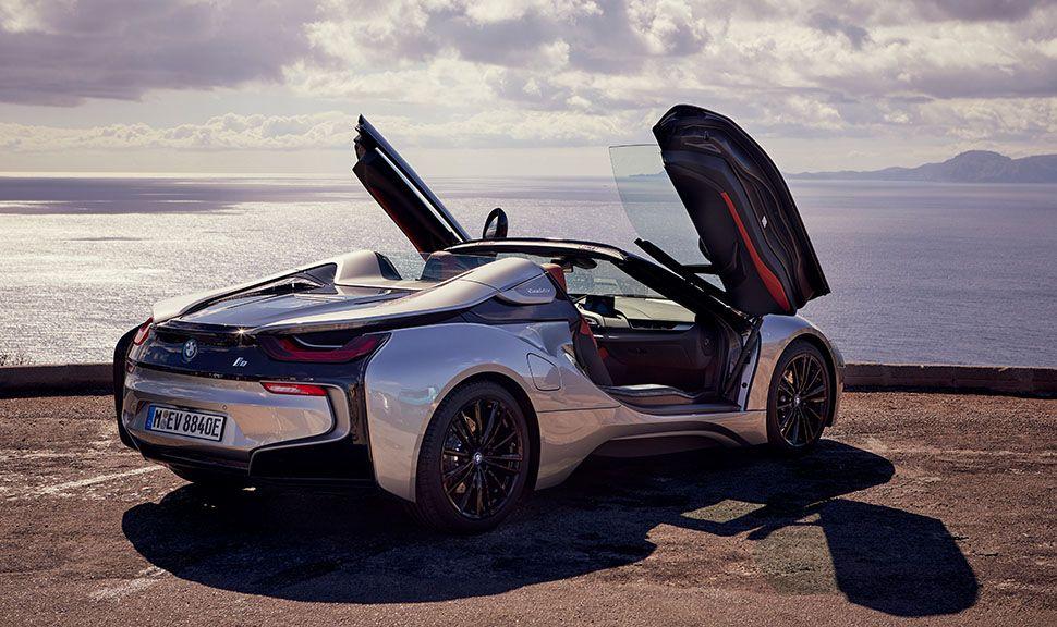 BMW i8 Roadster an Küste geparkt mit geöffneten Flügeltüren