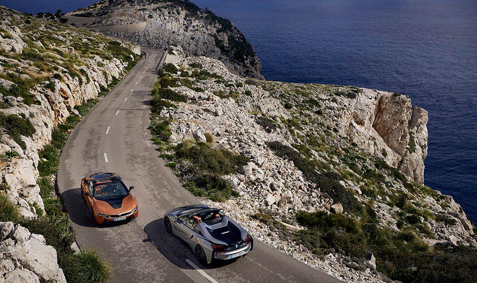 Zwei BMW i8 Roadster auf mallorquinischer Küstenstraße begegnen sich