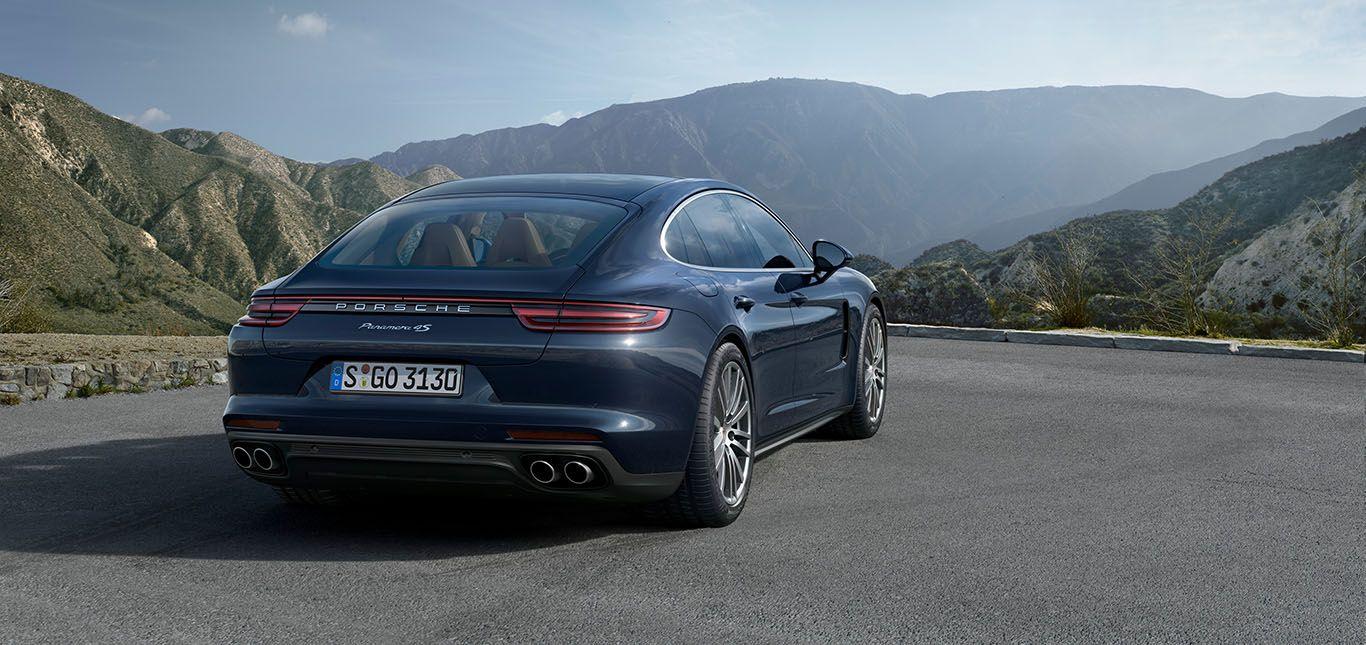 Porsche Panamera 4S Diesel schräg rechts hinten auf Aussichtpunkt vor Bergpanorama