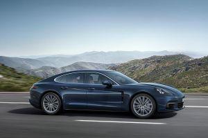Porsche Panamera 4S Diesel seitlich fotografiert auf Landstraße fahrend