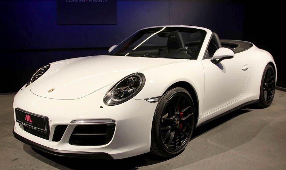 Porsche 911 Carrera 4 GTS Cabrio Weiß schräg links vorne