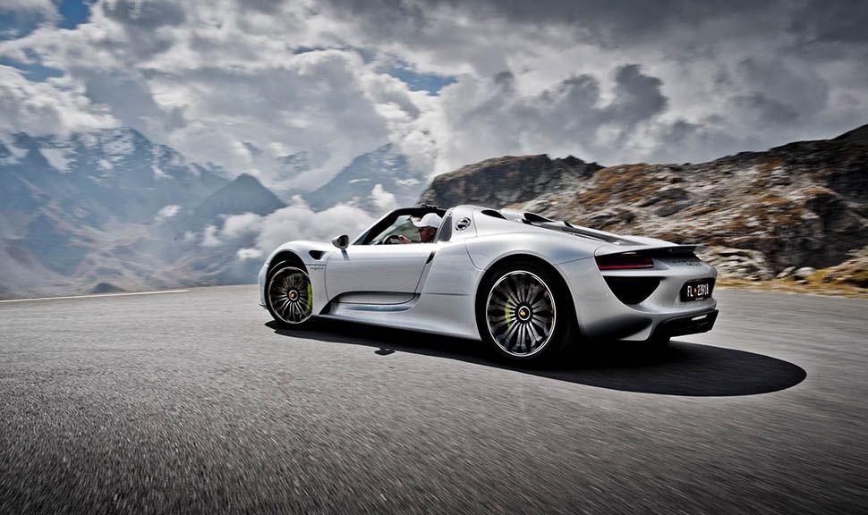 Porsche 918 Spyder fahrend auf Alpenstraße