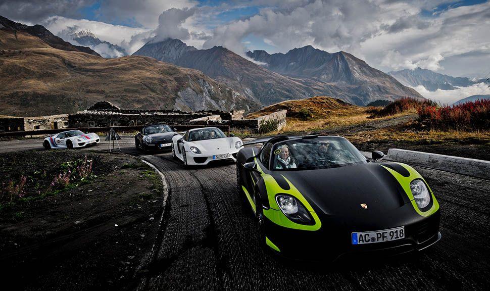 Mehrere Porsche 918 Spyder auf Alpenstraße