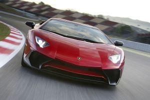 Lamborghini Aventador LP750-4 Superveloce Rot Frontalaufnahme auf Rennstrecke fahrend