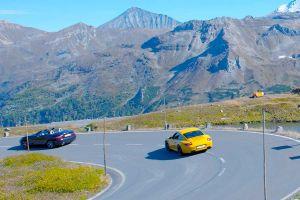 Zwei Sportwagen fahren eine Serpentine der Großglockner Hochalpenstraße