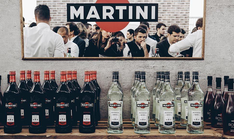 Martini Flaschen auf Europalettentresen