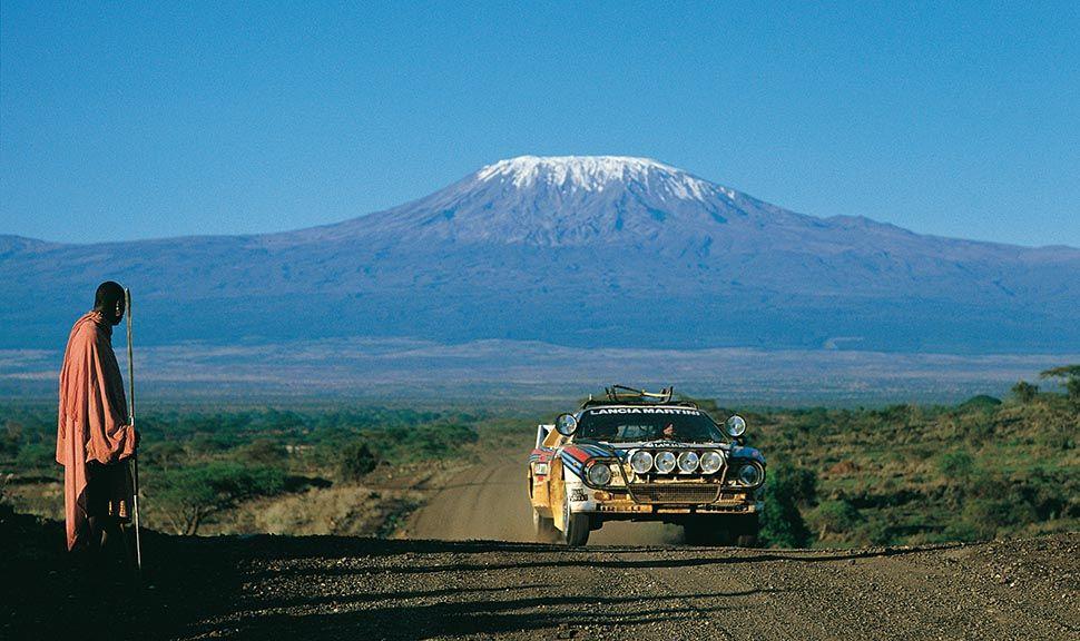 Lancia 037 Martini Racing im Rallyeeinsatz; im Hintergrund der Kilimandscharo