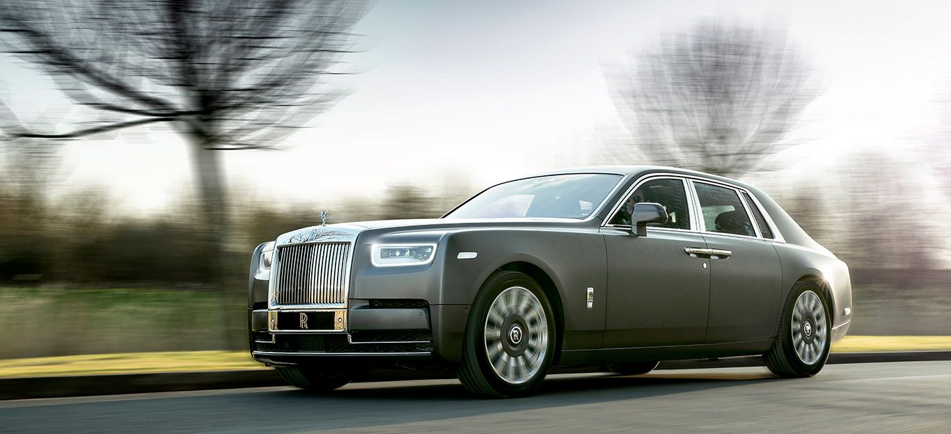 Rolls Royce Phantom fahrend schräg links vorne