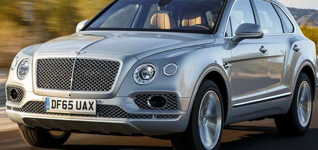 Silberner Bentley Bentayga in voller Fahrt