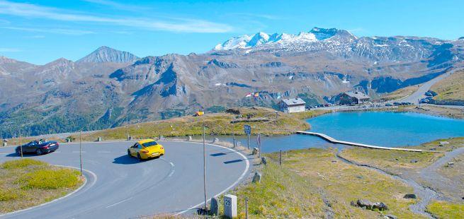 Sportwagen fahren eine Kehre in den Alpen