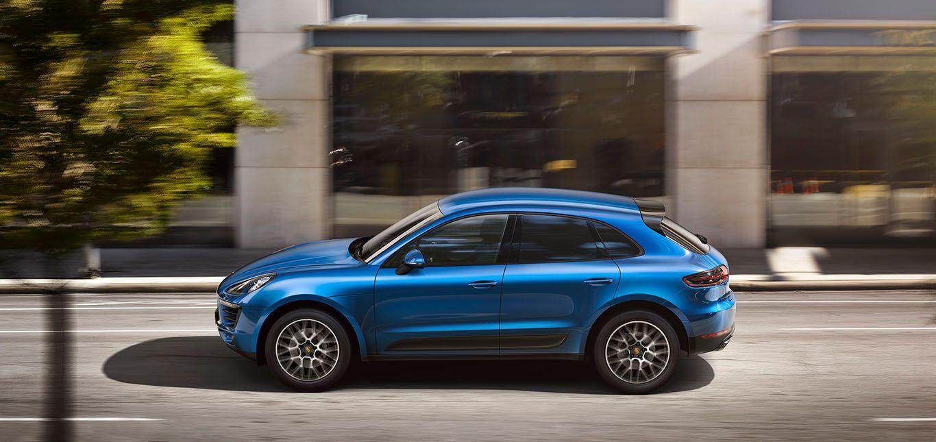 Porsche Macan fahrend blau Seitenaufnahme links