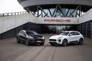 Zwei Porsche Macan vor dem Eingang einer Porsche Fabrik
