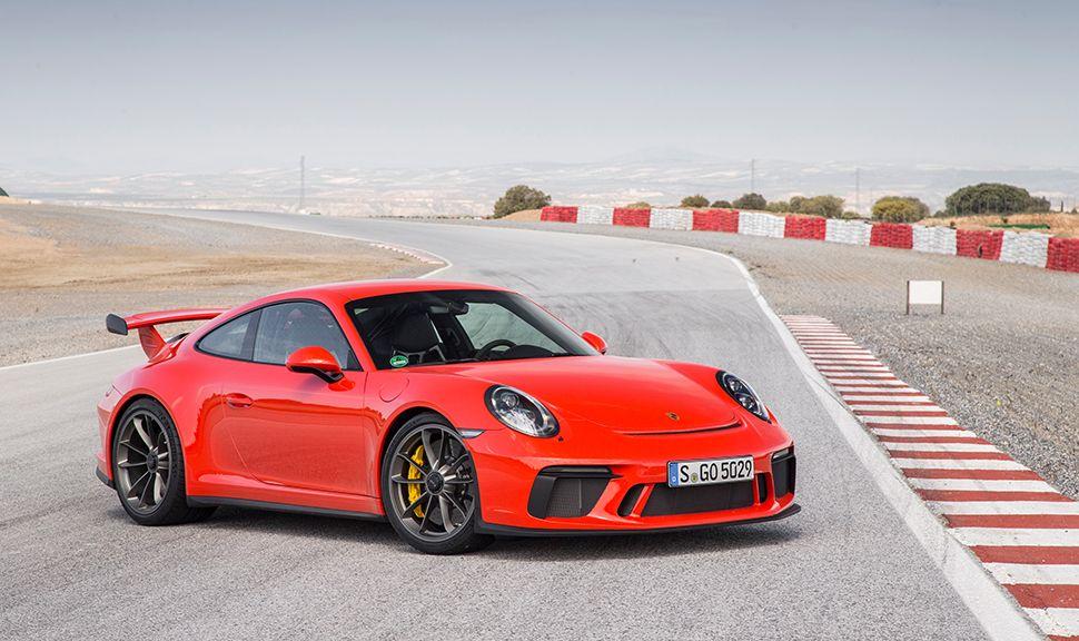 Porsche 911 GT3 rot auf Rennstrecke stehend