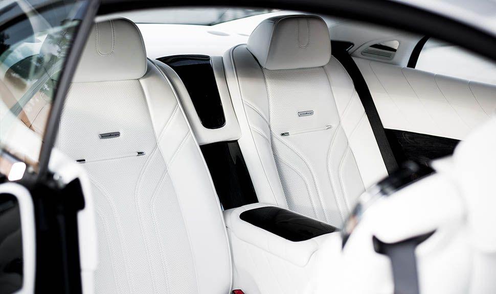 Blick durch die Tür auf die Rückbank des Rolls Royce Wraith ARES Design