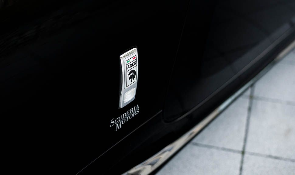 ARES Design Emblem auf dem Kotflügel des Rolls Royce Wraith