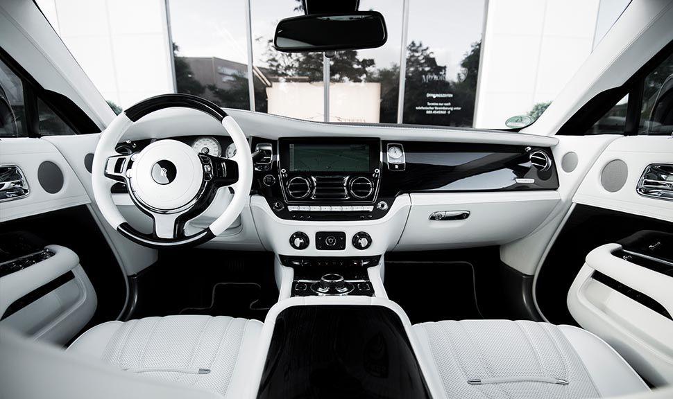 Blick von der Rückbank auf das Cockpit des Rolls Royce Wraith ARES Design