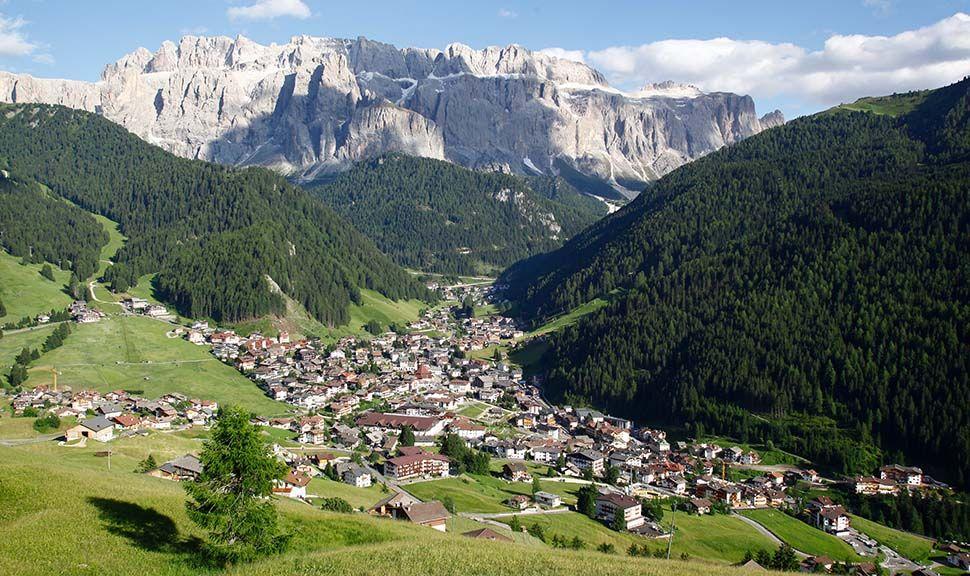 Blick auf Wolkenstein in Gröden mit Bergpanorama