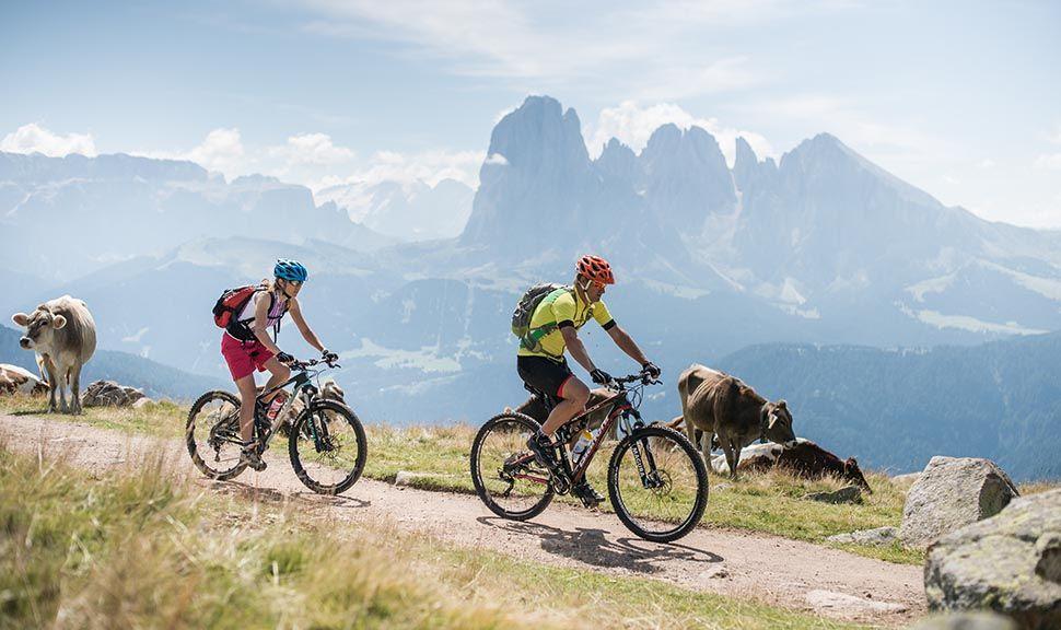 Mountainbiken in Gröden im Hintergrund das Panorama des Langkofels