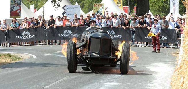 Historischer Bentley Rennwagen feuerspuckend auf Classic Days Rennstrecke