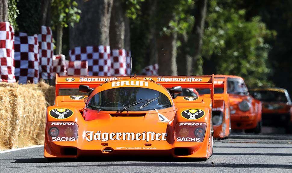 Historischer Oranger Porsche LeMans Rennwagen mit Jägermeister Werbung