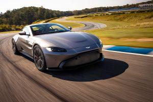 Aston Martin Vantage auf der Rennstrecke