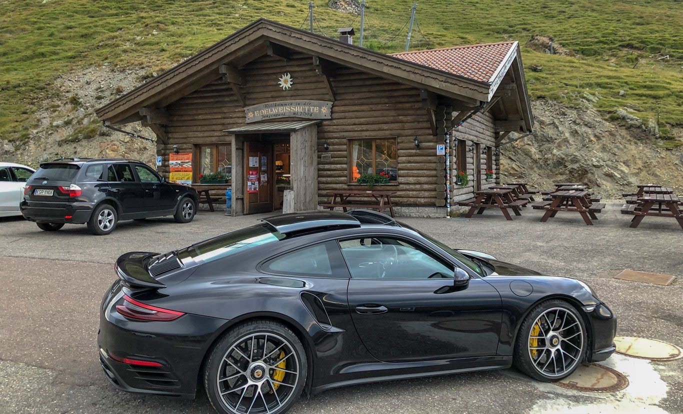 Porsche 911 Turbo S vor Hütte auf Alpenpass
