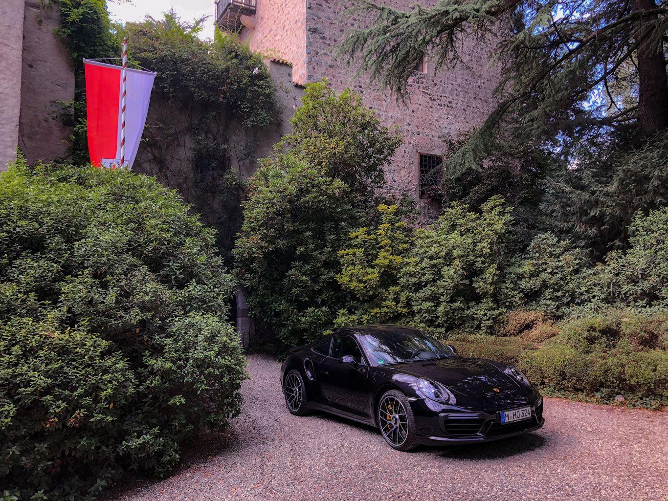 Porsche 911 Turbo S vor Schloss in Südtirol