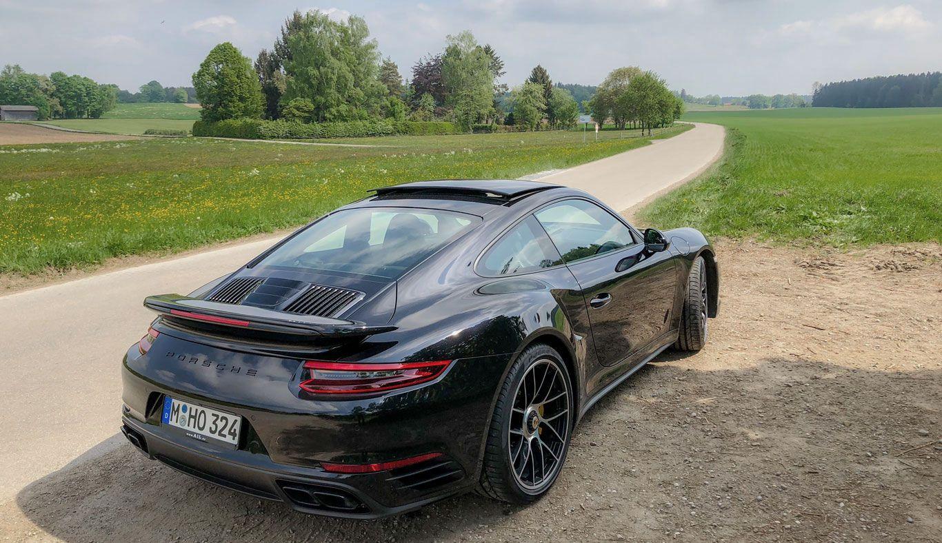Schräg rechts hinten Porsche 911 Turbo S