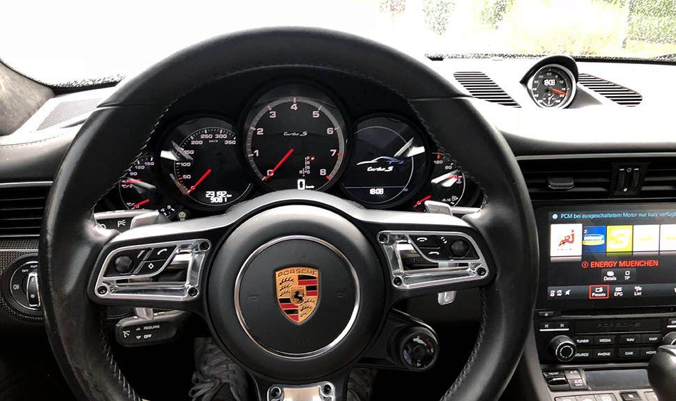 Blick auf Lenkrad und Armaturen des Porsche 911 Turbo S