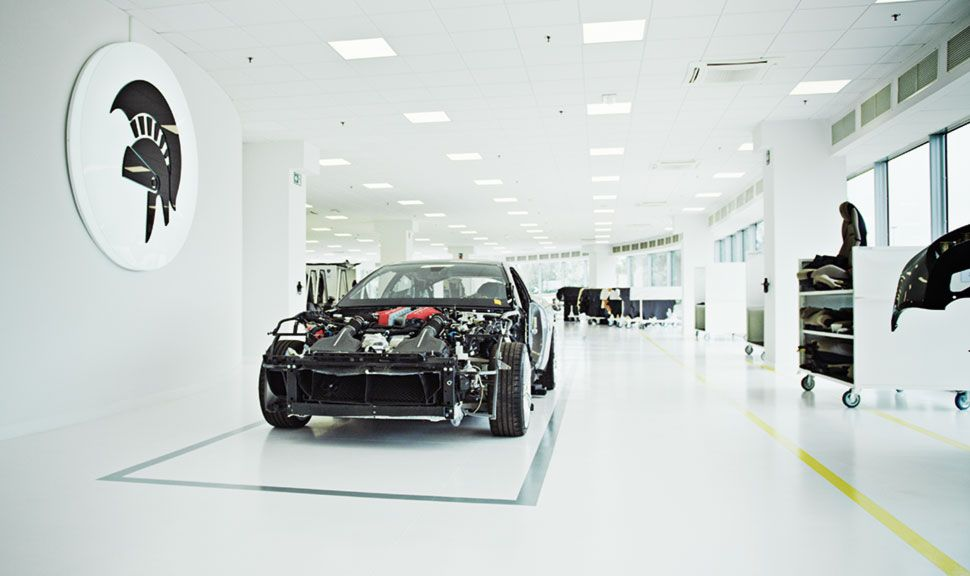 Gestrippter Sportwagen in cleaner ARES Design Fabrikhalle