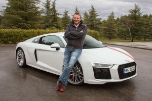 Autor Dietmar Stanka lehnt an Audi R8 RWS