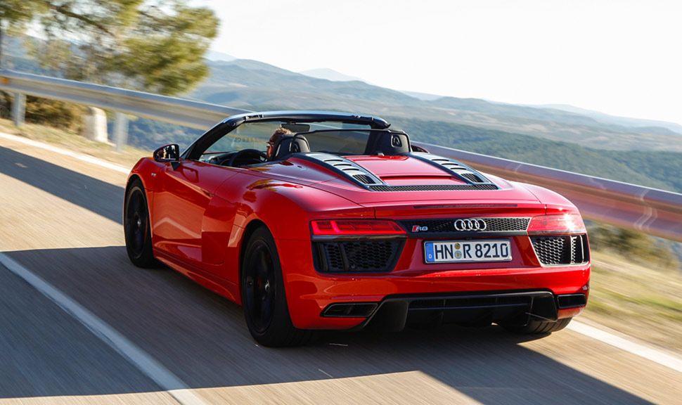 Audi R8 Spyder Rot auf Landstraße fahrend schräg links hinten