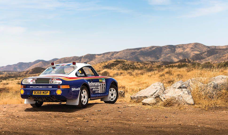 Porsche 959 Paris-Dakar auf Erdstraße um 180 Grad Kehre driftend