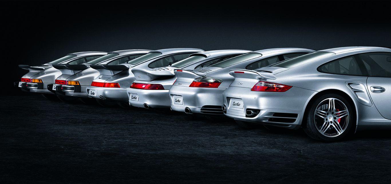 Heckdetailaufnahme von mehreren Porsche Turbomodellen, die nebeneinander stehen