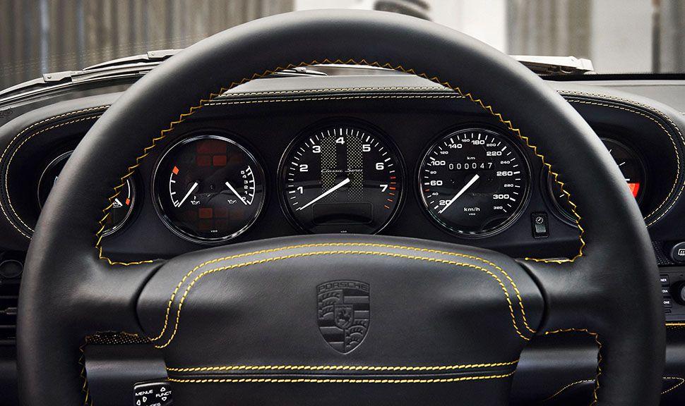 Porsche 993 turbo Gold Blick durchs Lenkrad auf die Instrumente