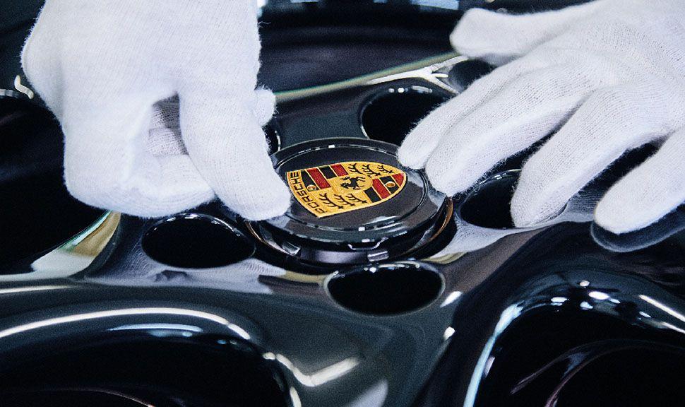 Porsche 993 turbo Gold Felge Wappen wird eingedrückt
