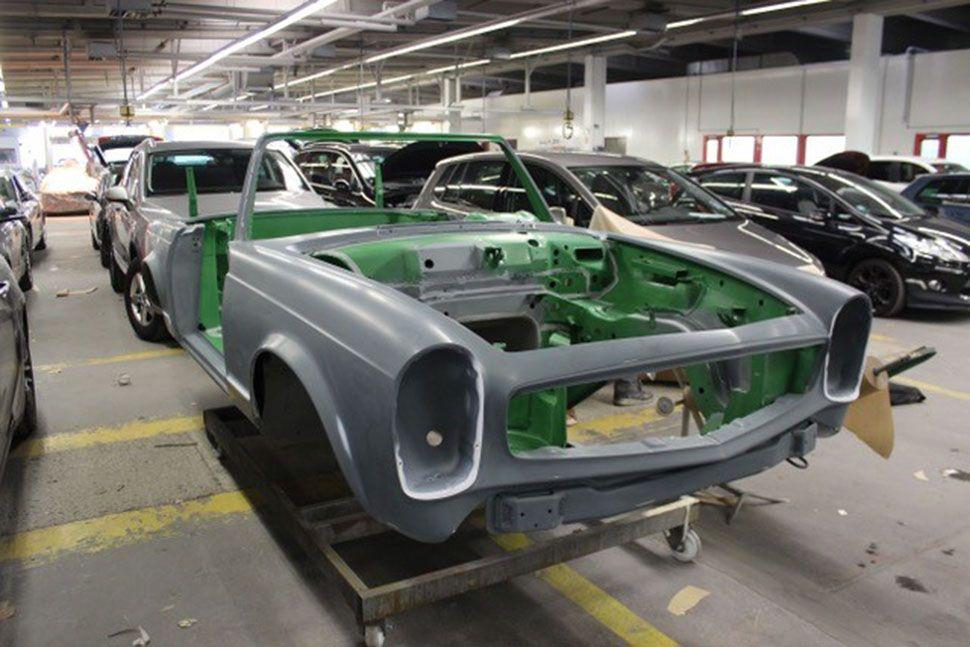 Mercedes 280 SL Pagode Karosserie schräg rechts vorne in Werkstatt