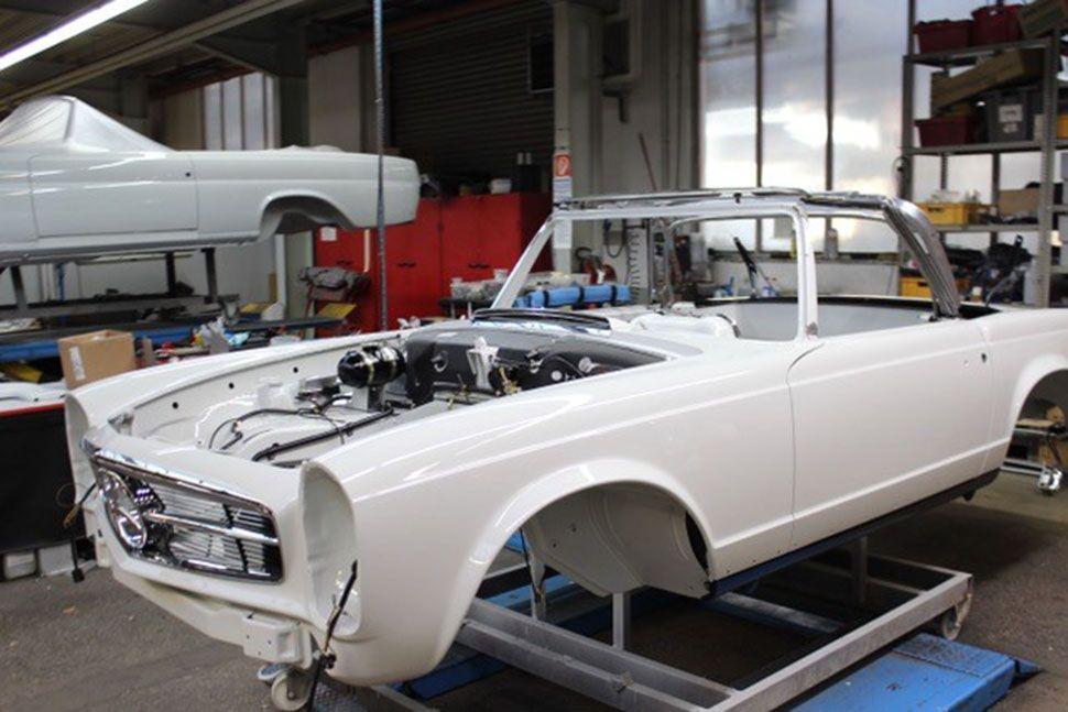 Mercedes 280 SL Pagode Karosserie grundiert mit Motoreinbau
