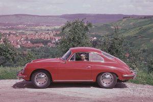 Porsche 356 C Coupé, Rot, Seitenansicht links, Landschaft im Hintergrund