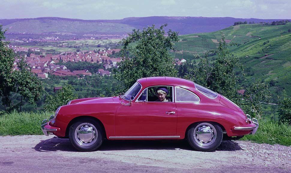 Roter Porsche 356 C Coupé, Seitenansicht links vor Tallandschaft