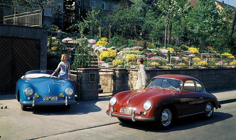 Porsche 356 Coupé und Speedster in und vor einer Grundstückseinfahrt. Aufnahme von 1956